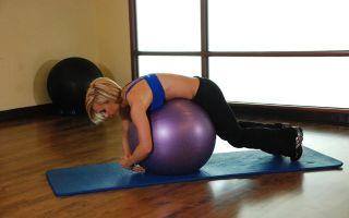 Упражнения с гимнастическим мячом при грыже позвоночника: показания и противопоказания, подготовка к ЛФК, комплекс занятий