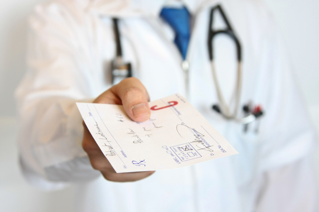 Какой врач лечит грыжу позвоночника: терапевт, ортопед, травматолог, невропатолог, остеопат, хирург, физиотерапевт, мануальный терапевт, врач лфк