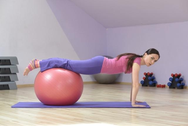 Упражнения с гимнастическим мячом при грыже позвоночника: показания, противопоказания, подготовка к лфк, комплекс упражнений