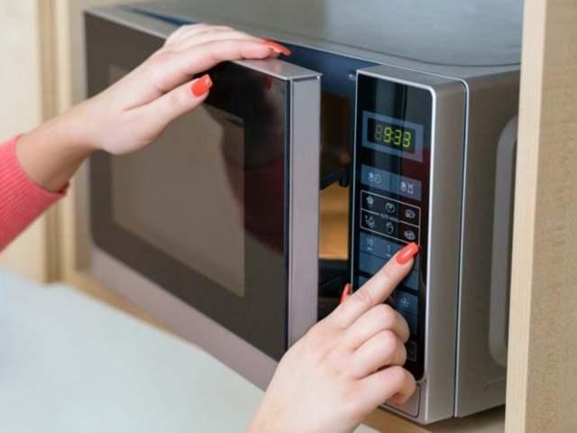 Продукты лучше размораживать в холодильнике, а не в микроволновке