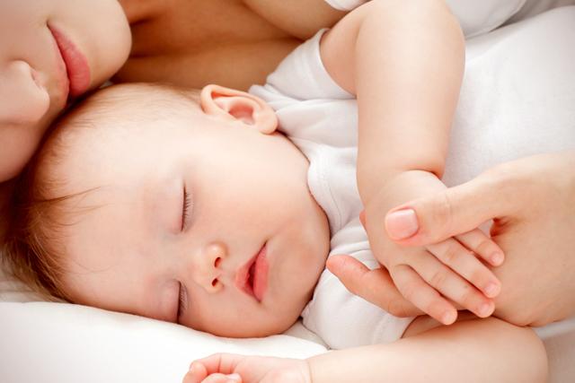 Почему ребенок срыгивает после кормления грудным молоком. Причины срыгивания у новорожденного, грудничка фонтаном