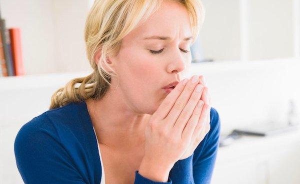 Удушающий сухой кашель у взрослого и ребенка: первая помощь