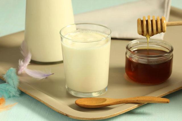 Мед при бронхите: лечение с молоком или с луком