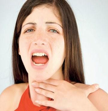 Щекочет в горле и вызывает кашель: что делать и как лечить
