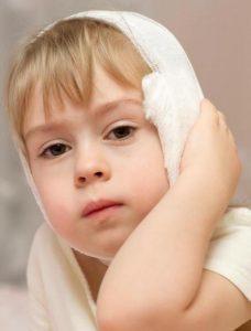 Болит ухо: применение камфорного масла в его лечении