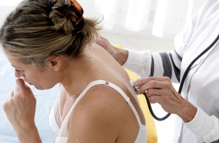 Кашель сухой приступообразный: как остановить приступ и лечение