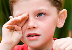 Ребенок постоянно кхыкает горлом: причины и лечение