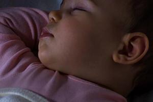 После прививки БЦЖ ребенок капризничает и долго спит - что это значит